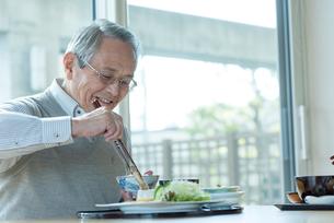 食事を摂るシニアの男性の写真素材 [FYI03057462]