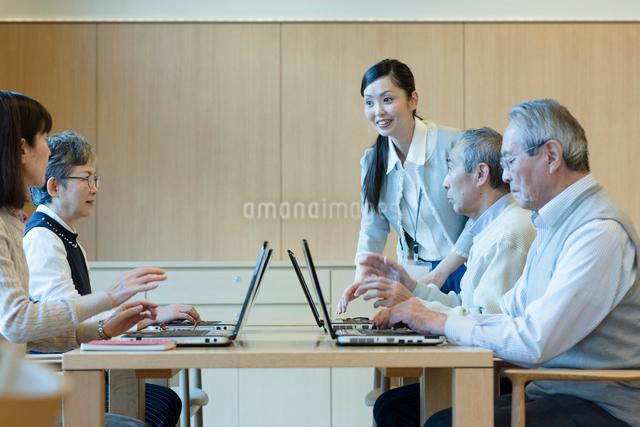 シニアのパソコン教室の写真素材 [FYI03057469]