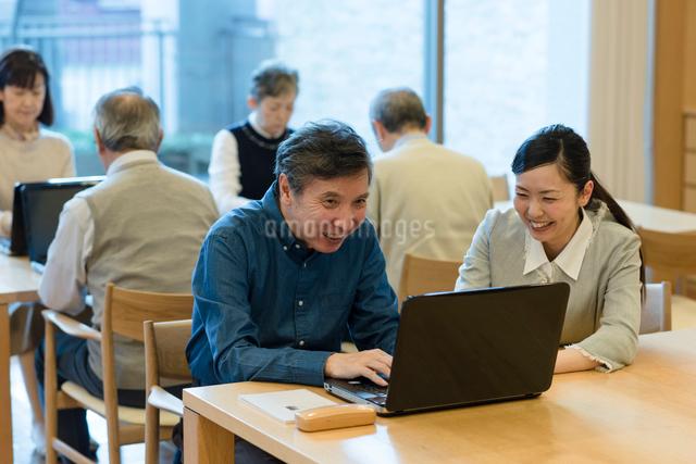 シニアのパソコン教室の写真素材 [FYI03057471]