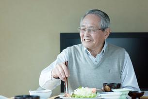 食事を摂るシニアの男性の写真素材 [FYI03057472]