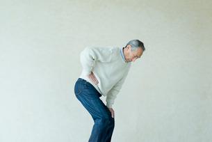 腰が痛いシニアの男性の写真素材 [FYI03057494]