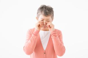 泣いているシニアの女性の写真素材 [FYI03057517]