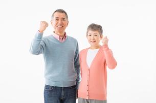 ガッツポーズをするシニアのカップルの写真素材 [FYI03057520]