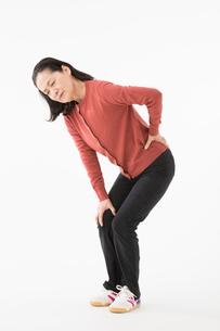 腰が痛むシニアの女性の写真素材 [FYI03057533]