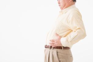 お腹が出ているシニアの男性の写真素材 [FYI03057534]