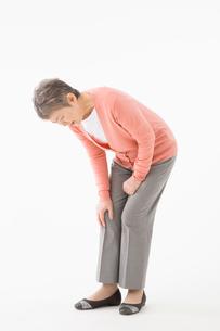 膝が痛むシニアの女性の写真素材 [FYI03057536]