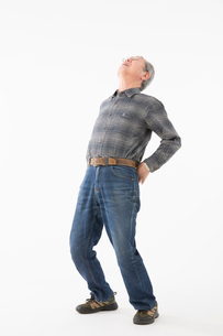 腰を伸ばすシニアの男性の写真素材 [FYI03057541]