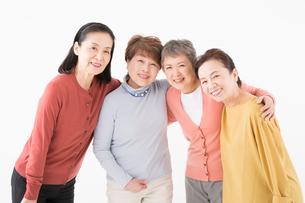 肩を組むシニアの女性4人の写真素材 [FYI03057542]