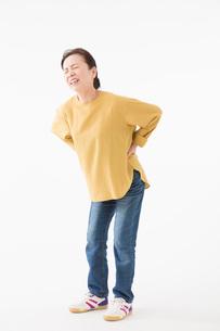 腰が痛むシニアの女性の写真素材 [FYI03057544]