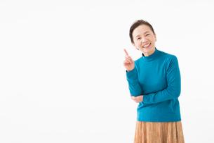 指をさすシニアの女性の写真素材 [FYI03057553]