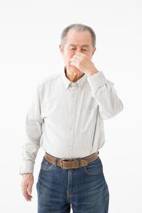 臭いが気になるシニアの男性の写真素材 [FYI03057557]
