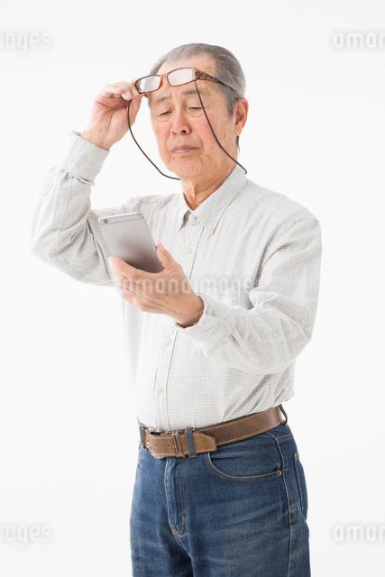 老眼イメージ シニアの男性の写真素材 [FYI03057558]