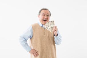 紙幣を持つシニアの男性の写真素材 [FYI03057561]