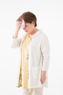 汗を拭うシニアの女性の写真素材 [FYI03057563]