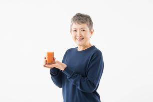 ジュースを持つシニアの女性の写真素材 [FYI03057564]