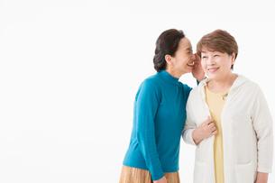 ひそひそ話をするシニアの女性2人の写真素材 [FYI03057571]