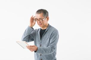 老眼イメージ シニアの男性の写真素材 [FYI03057572]