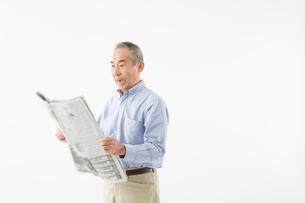 新聞を読むシニアの男性の写真素材 [FYI03057575]