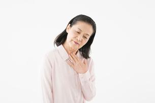 喉の調子が悪いシニアの女性の写真素材 [FYI03057579]