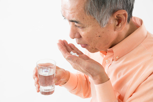 薬を飲むシニアの男性の写真素材 [FYI03057595]