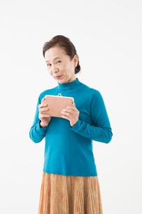 財布を持つシニアの女性の写真素材 [FYI03057602]