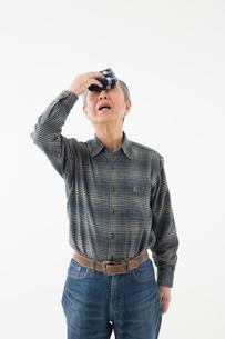 汗を拭うシニアの男性の写真素材 [FYI03057604]