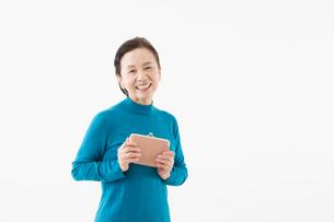 財布を持つシニアの女性の写真素材 [FYI03057615]