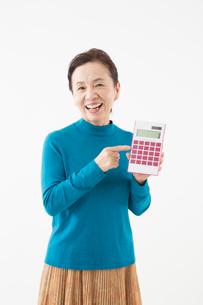 電卓を持つシニアの女性の写真素材 [FYI03057627]