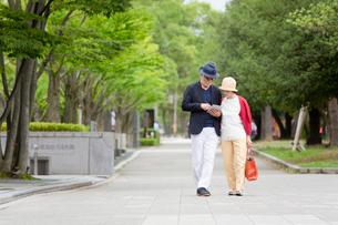 散歩をするシニア夫婦の写真素材 [FYI03057691]