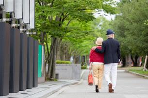 散歩をするシニア夫婦の写真素材 [FYI03057694]