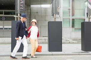 散歩をするシニア夫婦の写真素材 [FYI03057695]