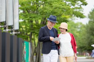 散歩をするシニア夫婦の写真素材 [FYI03057697]