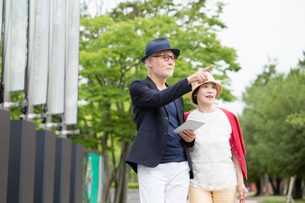 散歩をするシニア夫婦の写真素材 [FYI03057698]