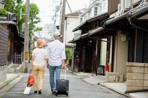 旅行中のシニア夫婦の写真素材 [FYI03057700]