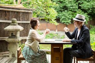 カフェでくつろぐシニア夫婦の写真素材 [FYI03057703]