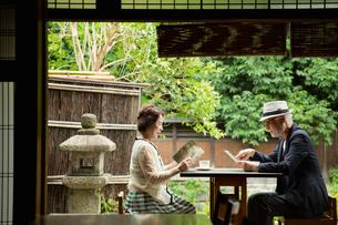 カフェでくつろぐシニア夫婦の写真素材 [FYI03057705]