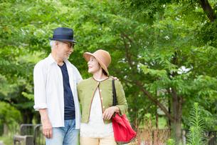 散歩をするシニア夫婦の写真素材 [FYI03057707]