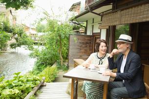 カフェでくつろぐシニア夫婦の写真素材 [FYI03057708]