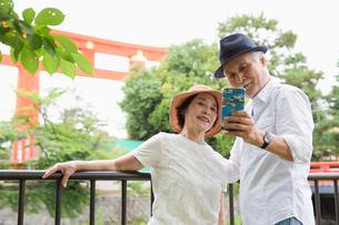 スマホで自撮りするシニア夫婦の写真素材 [FYI03057709]