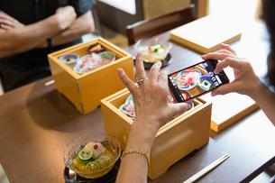 料理の写真を取るシニア女性の写真素材 [FYI03057719]