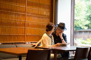 本を読むシニア夫婦の写真素材 [FYI03057723]