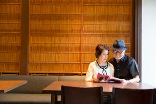 本を読むシニア夫婦の写真素材 [FYI03057724]