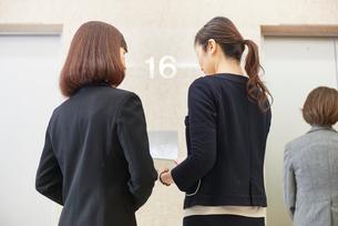 エレベーターを待つビジネスウーマンの写真素材 [FYI03057846]
