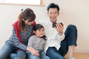 仲良し親子3人の写真素材 [FYI03057854]