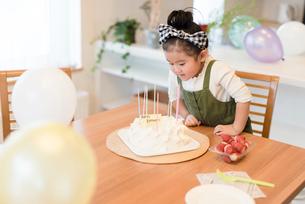 ケーキを作る女の子の写真素材 [FYI03057866]