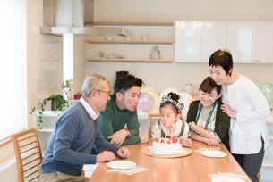 孫のお誕生日会の写真素材 [FYI03057875]