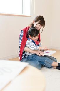 絵本を読み聞かせる母親の写真素材 [FYI03057905]