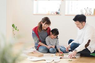 子供部屋で遊ぶ親子3人の写真素材 [FYI03057920]