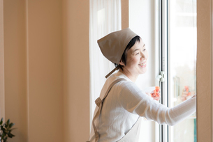 窓掃除をする年配の女性の写真素材 [FYI03057931]