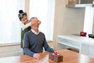 おじいちゃんに目隠しをする孫の写真素材 [FYI03057947]